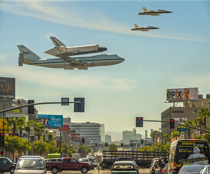 A Space Shuttle over Los Angeles [source: buff.ly/2nRAKfz] #FlashbackFriday