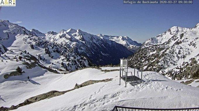 Buenas. ☀️-🌤  y frío en el valle hoy. -9.5C° de mínima en Respomuso tras una máxima ayer de -3C°. Espesor 145cm. En el Portalet se ha llegado a -6.6C° y en Sallent a -5.4C°. Aperitivo del frío que llega a partir del D a última hora. Algunas nevadas el D noche y el M tarde.