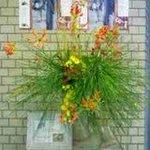 Image for the Tweet beginning: 【ブログ バックナンバー11月編】 正面玄関を入ったところ。エレベーターの横にいつも綺麗な生け花があり、みんなの目を楽しませてくれています(^^)/華道部の生徒たちが、定期的に飾ってくれる作品です。 #浦学 #華道部