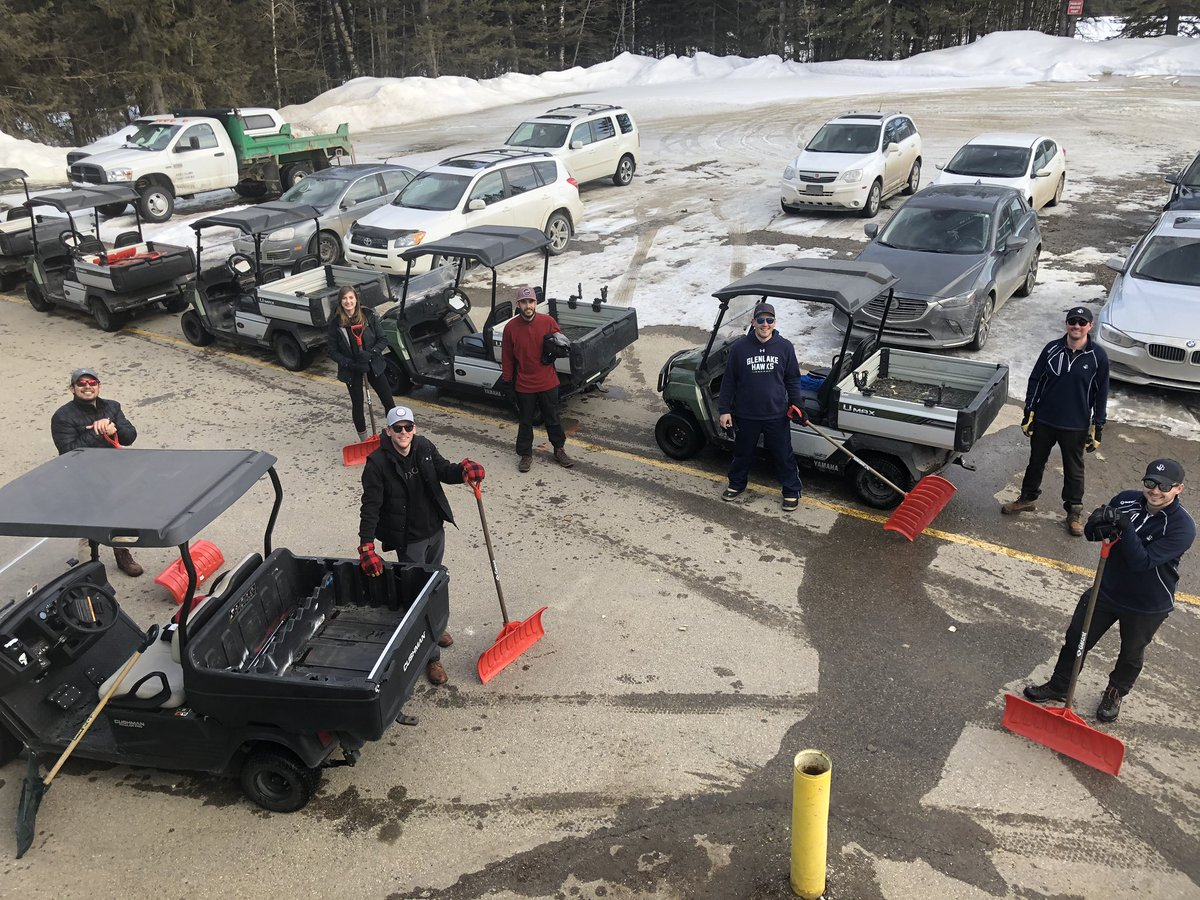 The Pro-Shop / Food & Beverage teams are lending us a hand removing snow and ice from greens this week. #teamwork pic.twitter.com/26rGLFSkrB