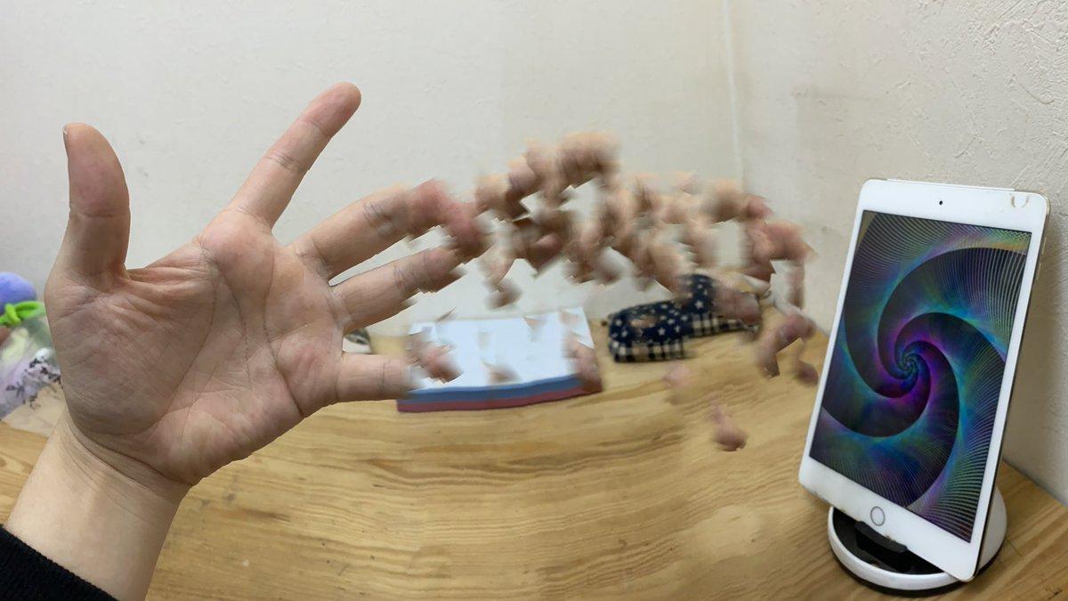 パノラマモードで指をウネウネさせると「異空間に転送されかけてる人」の写真が撮れます