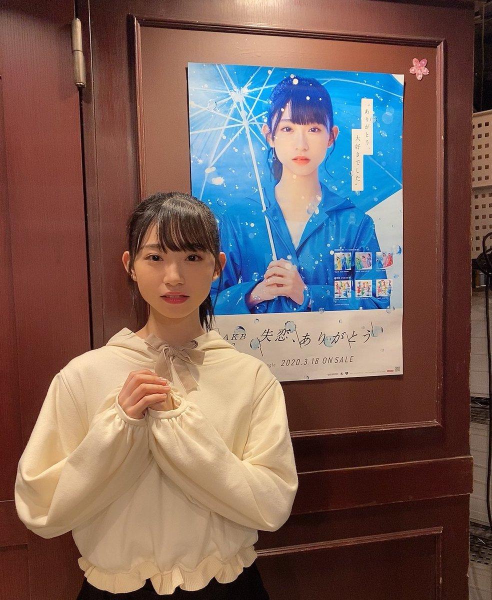 『失恋、ありがとう』のポスターと同じ顔してみたよ😂#失恋ありがとう #完全に一致#本日のリボン🎀#パーカーの紐#手洗いうがいAKB
