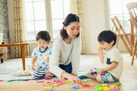 家で子供の相手をするママの一般的なイメージと現実