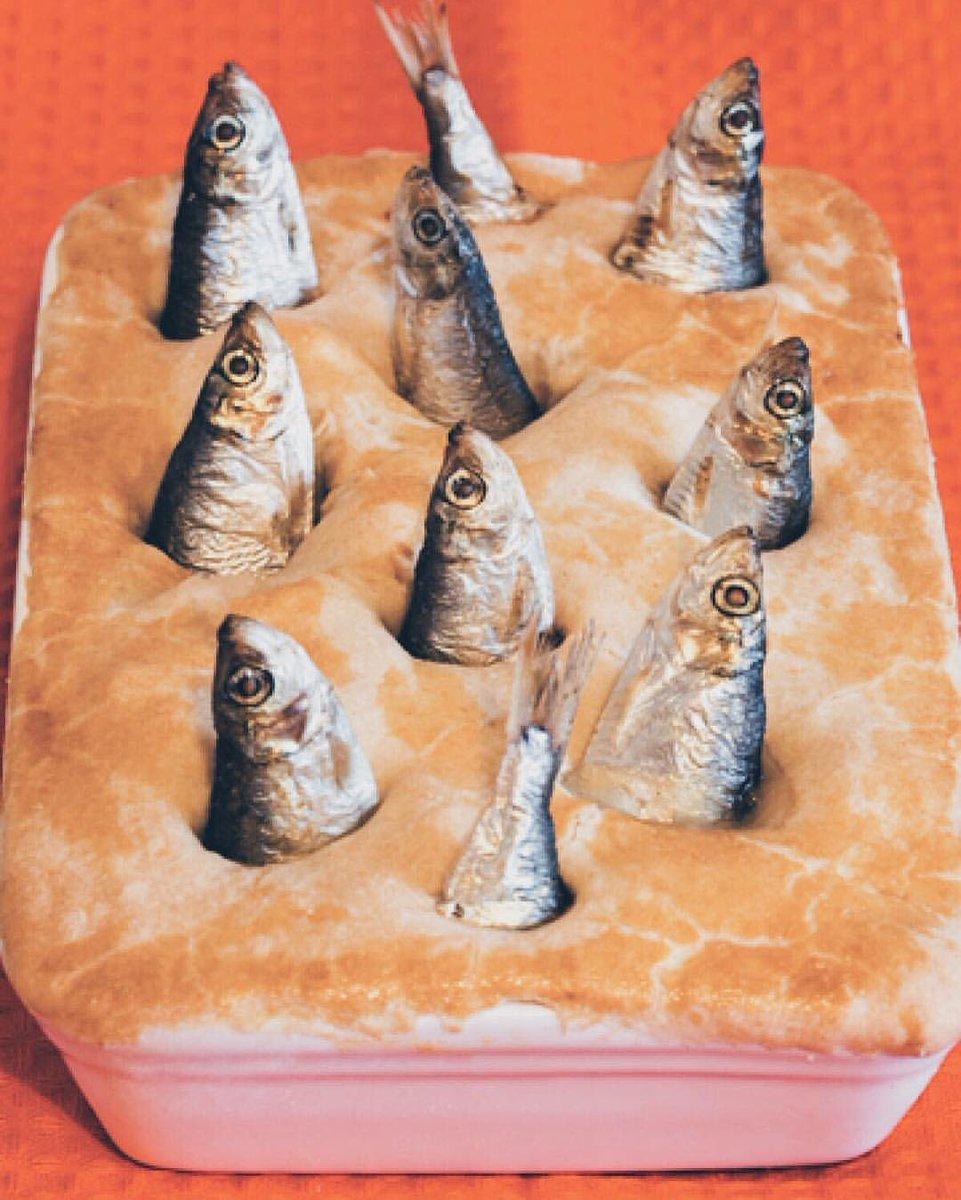 私は魔女のキキです。こっちは本場イギリスのニシンのパイ。#魔女の宅急便