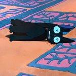 ぬいぐるみの真似をするジジを真似した黒猫が正にリアルジジ