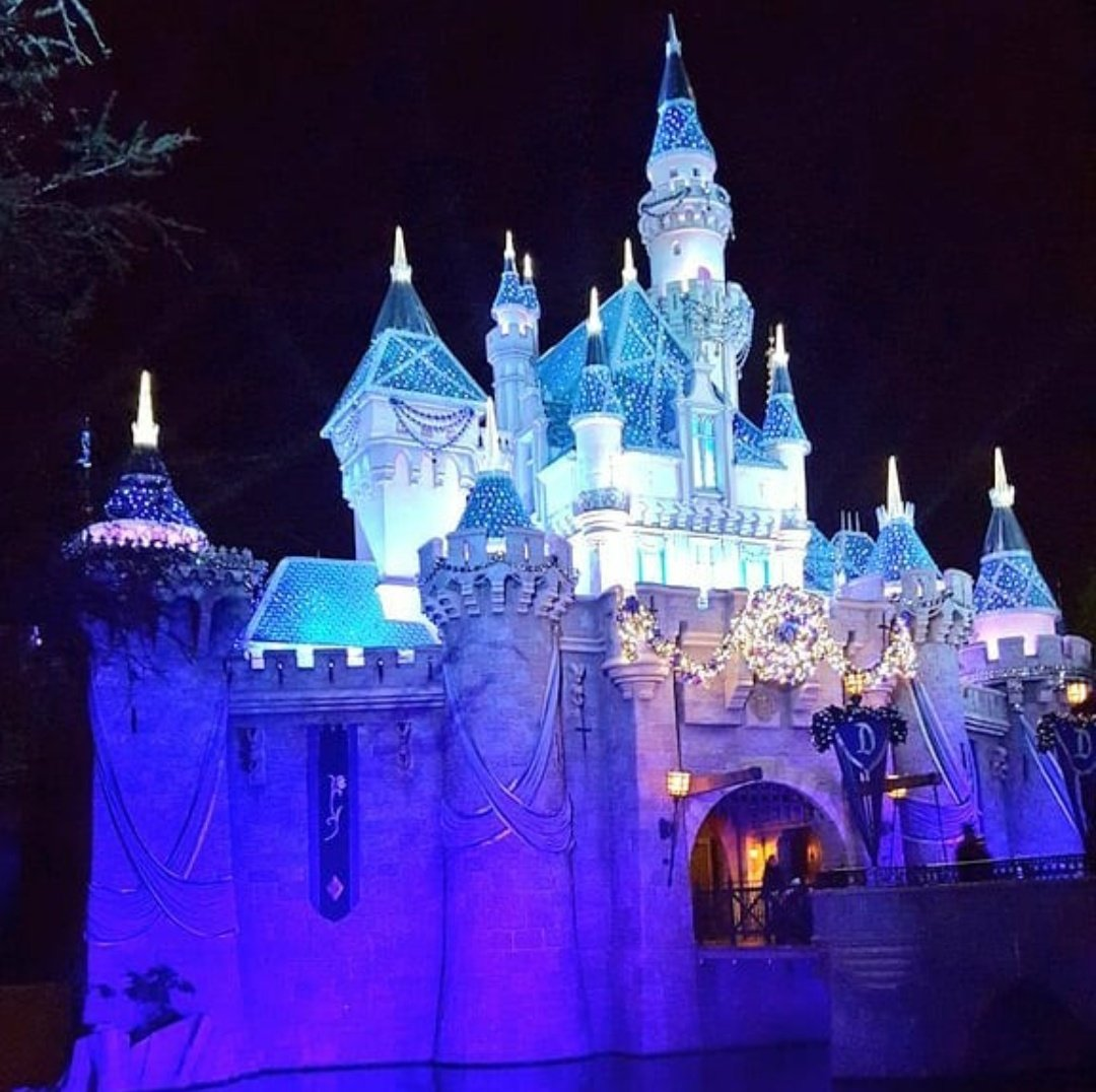 #Flashback to the Most Magical Time of Year during the 60th Anniversary Diamond Celebration at #Disneyland #FlashbackFriday #FBFpic.twitter.com/D74PYyXymG