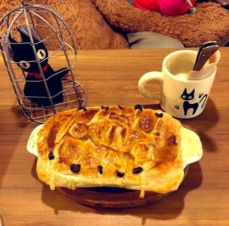 高円寺駅にあるベイビーキングキッチンっていうカフェのニシンパイ、めちゃくちゃ美味しいです!パイの中身は鮭とグラタンです🐟#ニシンパイ#魔女の宅急便