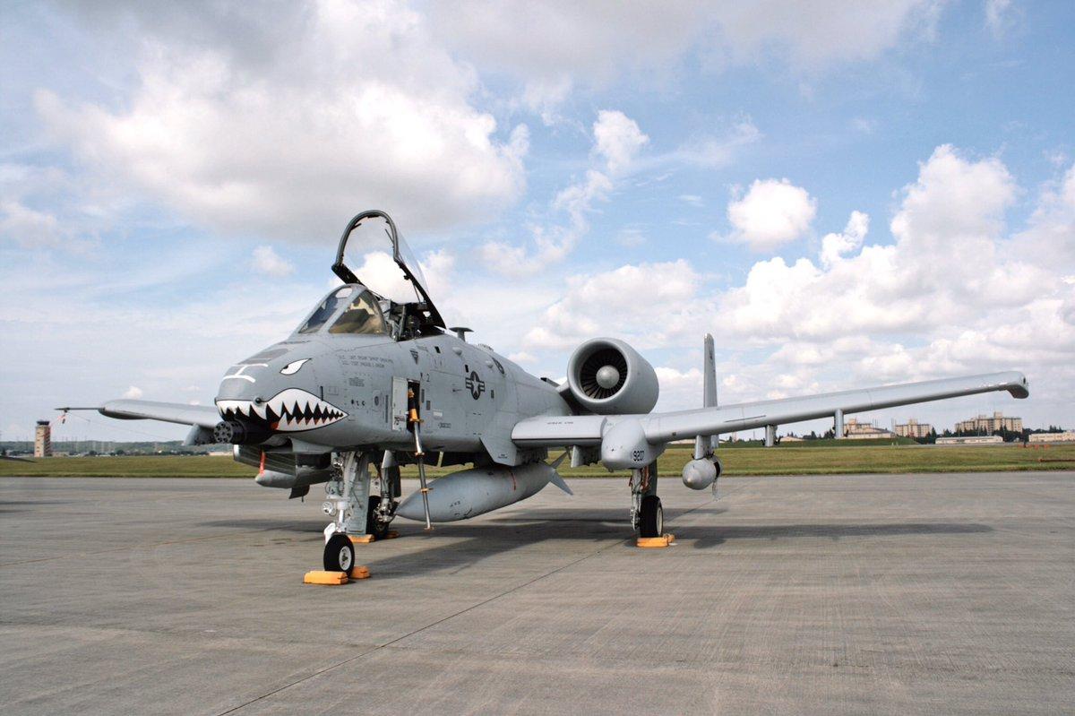 まいどの米軍ハウスシリーズ番外編2です。2012年頃の友好祭風景撮影の続き。イボイノシシの30mmとメリメリな米軍機達と警備隊の兄ちゃんが超Coolっすまた続きます#米軍ハウス #限りなく透明に近いブルー  #A10ThunderboltII #YokotaAirBase #F15Eagle #F16FightingFalcon pic.twitter.com/ZTKhVu6nfN