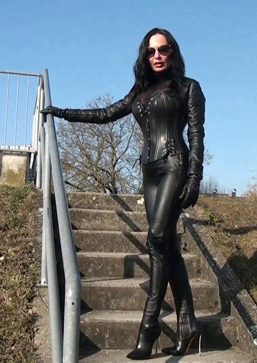 lady Nadja in full #leather. pic.twitter.com/CdXeU392Qw