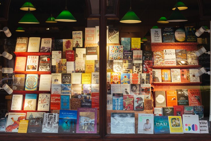 What better way to spend a Saturday afternoon than shopping for books whilst supporting our incredible indie bookshops? Here's a little guide to those offering online: https://bit.ly/3a0urPg email tamsin.hackett@thebookseller.com if you have any updates!pic.twitter.com/JaXmGyZPHV