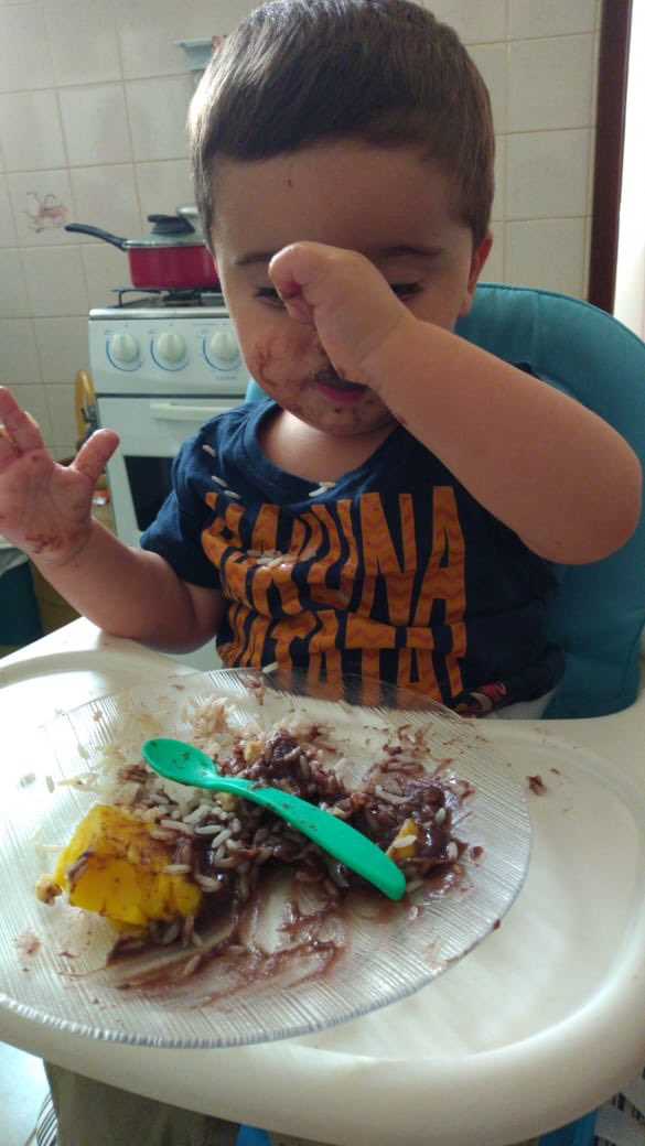 Minha irmã tá ensinado meu sobrinho a comer sozinho , as vezes ele usa a colher e as vezes a mão mesmo 😂 #Theo #sobrinho #tio