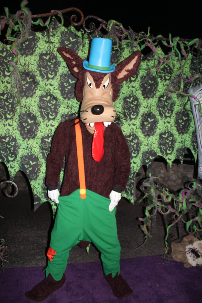 Who's afraid of the big bad wolf The big bad wolf, the big bad wolf Who's afraid of the big bad wolf Tra la la la la   #Disneyland #HalloweenTime #OogieBoogieBashpic.twitter.com/jkch4ksojT
