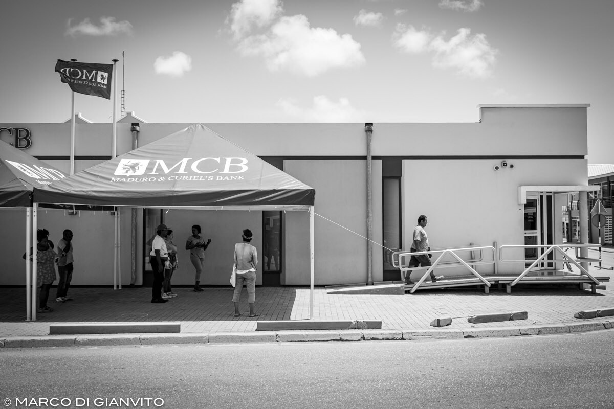 Bonaire, social distancing at the bank. Zero positive cases as of March 27th, 2020. photo by @marcodigianvito  #bonaire #street #fujifilm #fujifeed #storytelling #everyday_bonaire #everydayprojects #everydaylatinamerica #everydayeverywherepic.twitter.com/1GTF5qUsAN