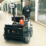 Image for the Tweet beginning: Un piccolo robot corazzato gira