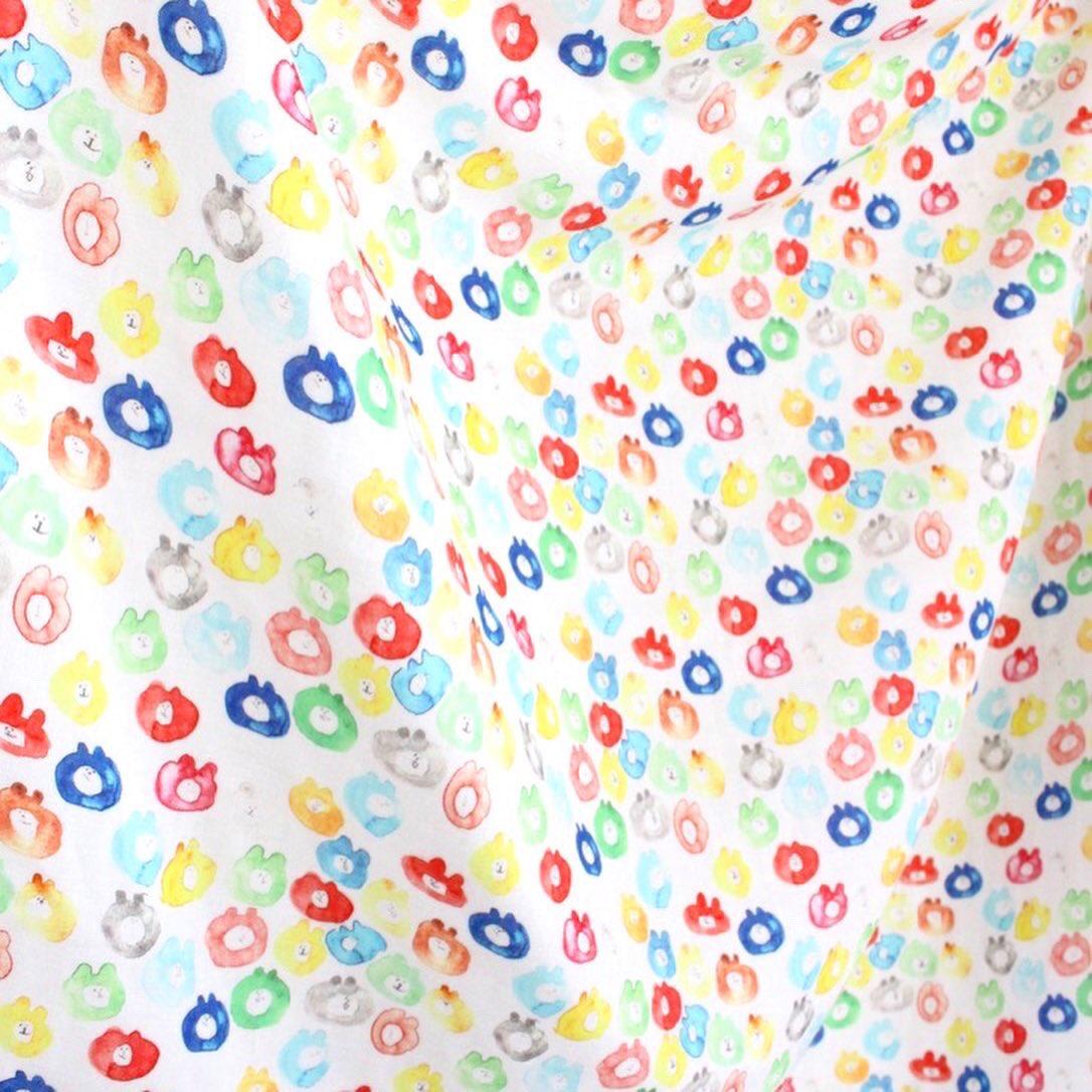 先日、 テキスタイルを4種類 作りました。  小さなネコのmiiちゃんが 水彩で描かれたものがてんてんと あるもの よくばりに思いつくまま広げたmuuちゃん カラフルな水彩muuちゃん と落花生 のダブルガーゼ この布で作った巾着に 色々入れて Goody bagにしたら楽しいかな^ ^  #テキスタイル pic.twitter.com/LQ2W8FVEd6
