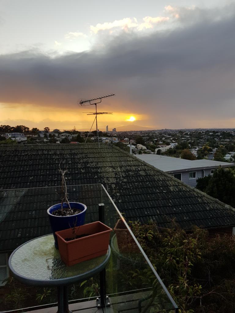 Day 3 of NZ shut down, and Rangitoto looks a bit like Mount Doom. Do you think she has Mt. Ruapehu envy? pic.twitter.com/OIARTKyMFa