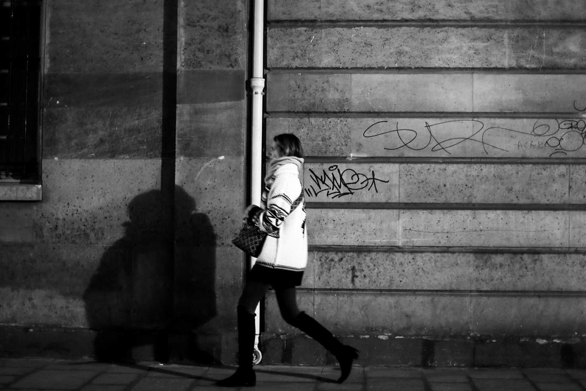 The long legs girl #streetphotography #blackandwhite  #street #Paris #pascalcolin #canon #50mmpic.twitter.com/pjbrYMGhVq
