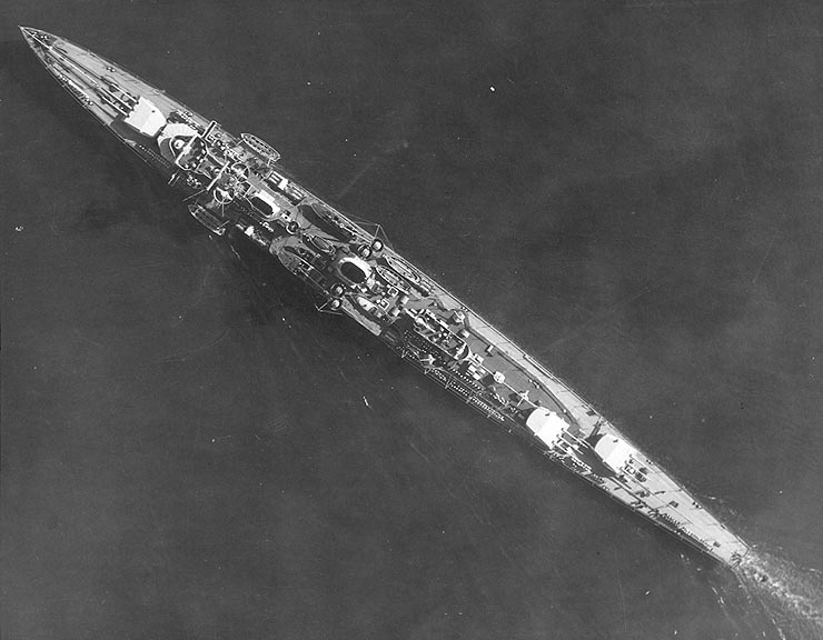 Aerial view of German light cruiser Karlsruhe underway off San Diego, California, United States, 27 Mar 1934; note off-centerline positioning of turrets pic.twitter.com/R5BoO33ZuY