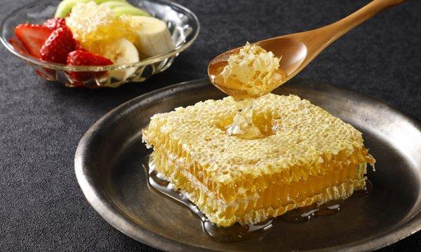 ハチの巣そのまんま!? これはインパクト抜群‥!スプーンですくうごとに、濃厚で芳醇な旨みのあるはちみつが溢れ出すんです!そのまま口に運ぶも良し、チーズ、クラッカー、フルーツなどに乗せるも良し♪⇒ #接待の手土産 #取り寄せOK
