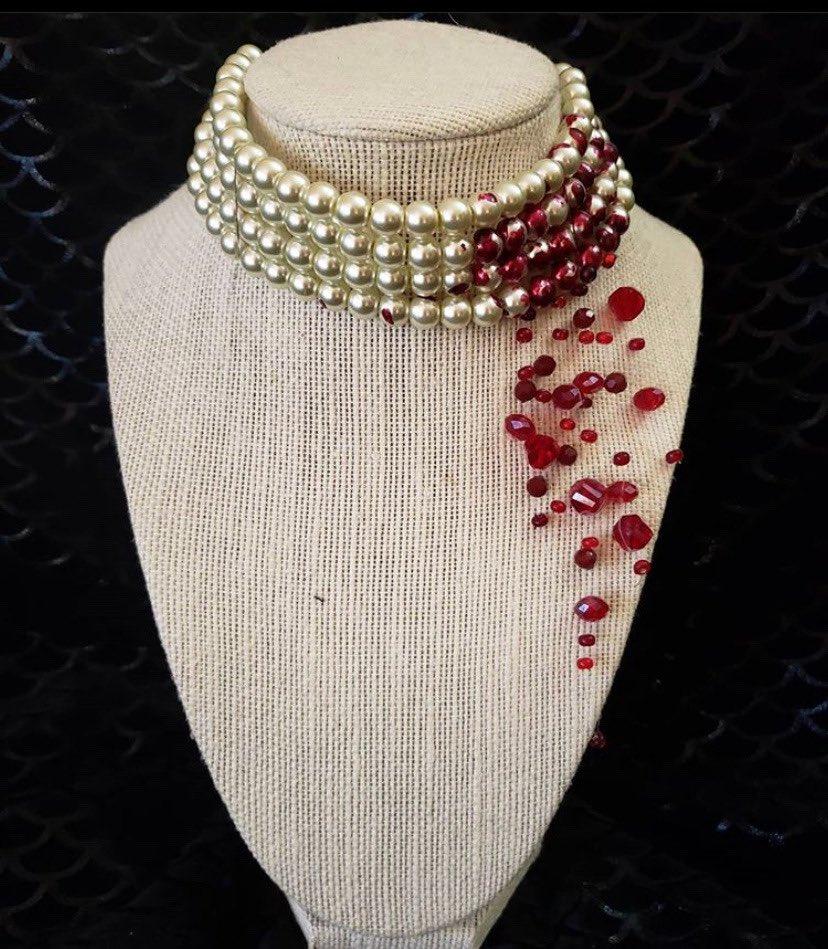 美しすぎる血の滴をカットルビーであつらったパールのネックレス、これを作ったのはアメリカ・テキサス州のHell's Belle designsというメーカーですが、今臨時休業中により、オーダー不可です。
