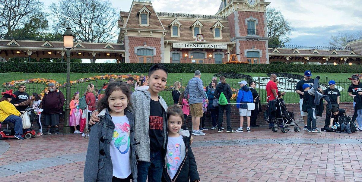#Disneyland  can't wait to take them again  pic.twitter.com/dgtrIkjETO
