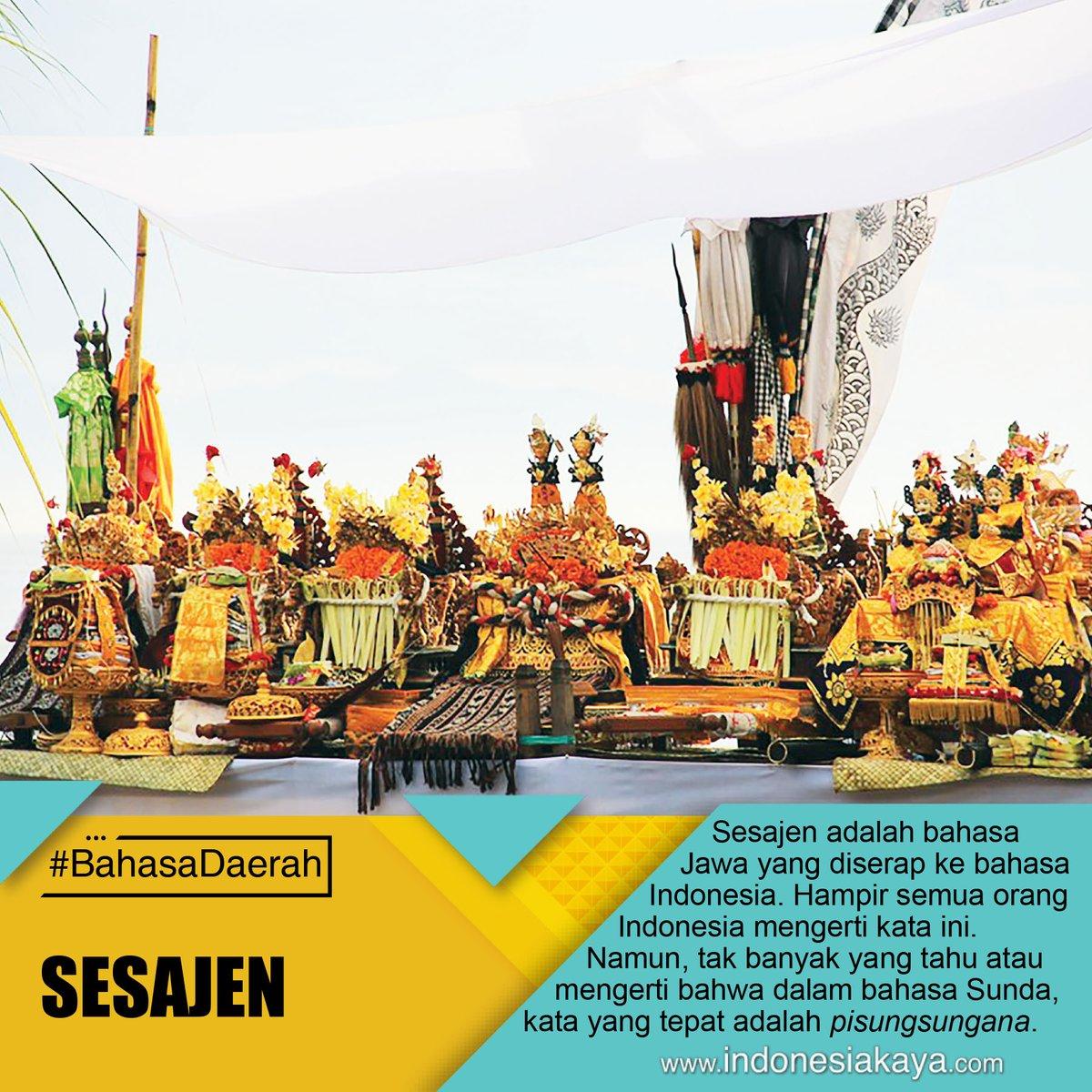 Sesajen adalah sinonim kata semah yang diserap dari bahasa Jawa yang berarti persembahan. Sedangkan dalam bahasa Indonesia, ini disebut pisungsungana. #BahasaDaerah pic.twitter.com/7vAOt3v8TJ