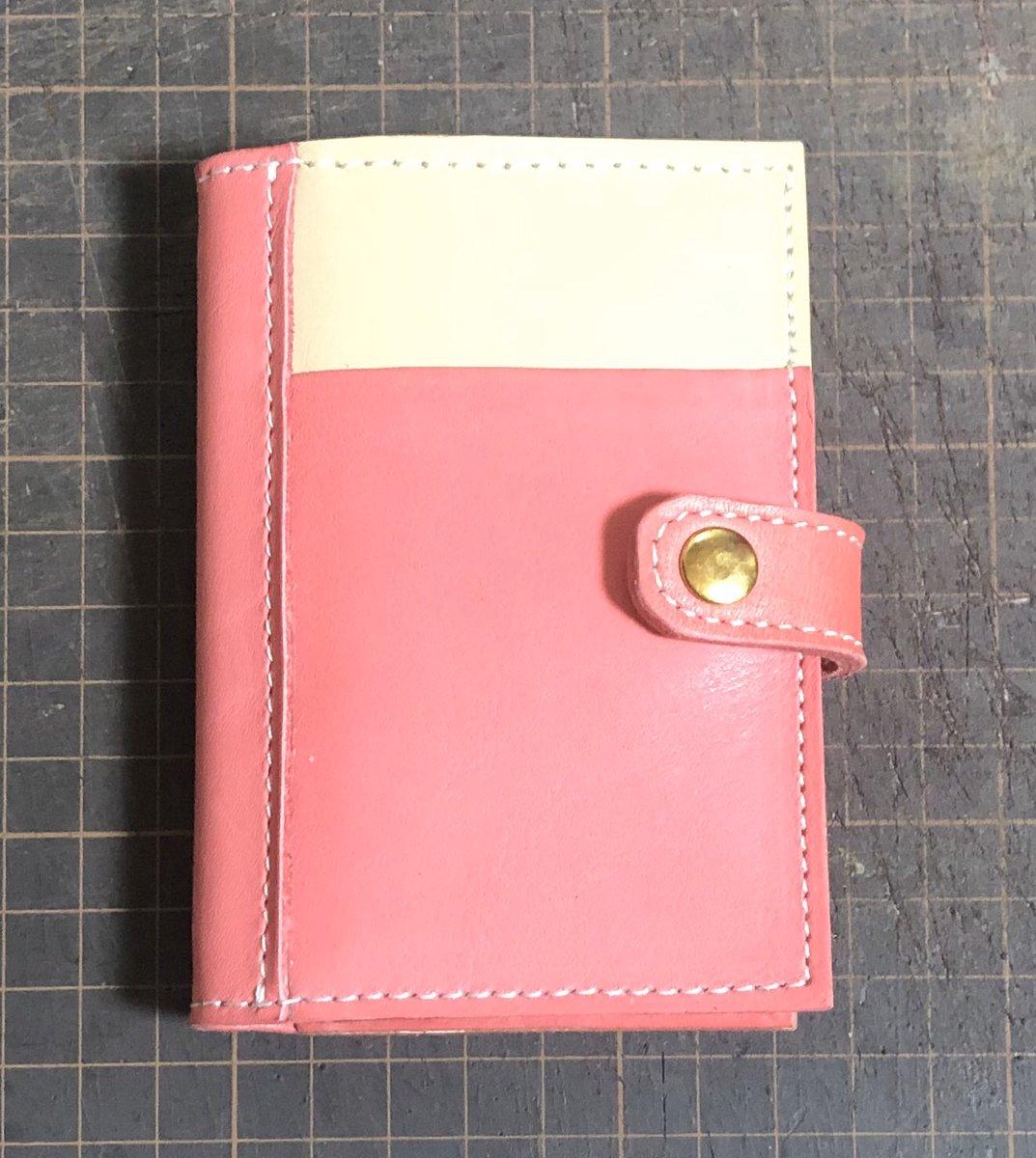 カードケースのリベンジ完了 師匠からアドバイスをいただき、なんとかなったと思う。 本当に小物は難しいね #leather #カードケース pic.twitter.com/Du2LhZpeX0