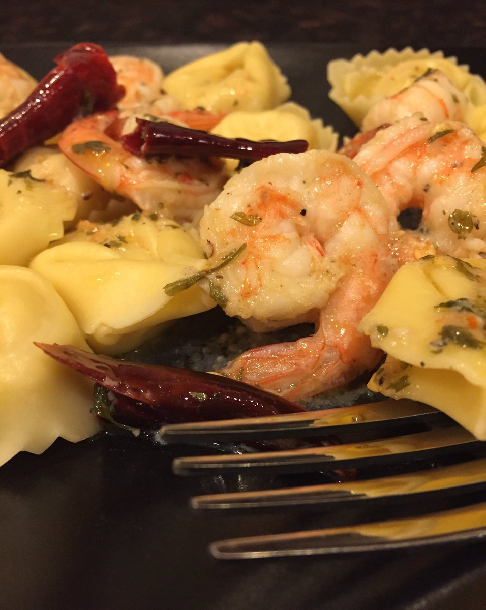 Spicy shrimp and five cheese tortellini. #shrimp #arbol #chiles #evoo #garlic #tortellini #ricotta #mascarpone #parmigiannoreggiano #mozzarella #pecorinoromano #parsley @gzchef @chefanneburrell @FoodNetwork #thekitchenpic.twitter.com/ZCnbjwONDa