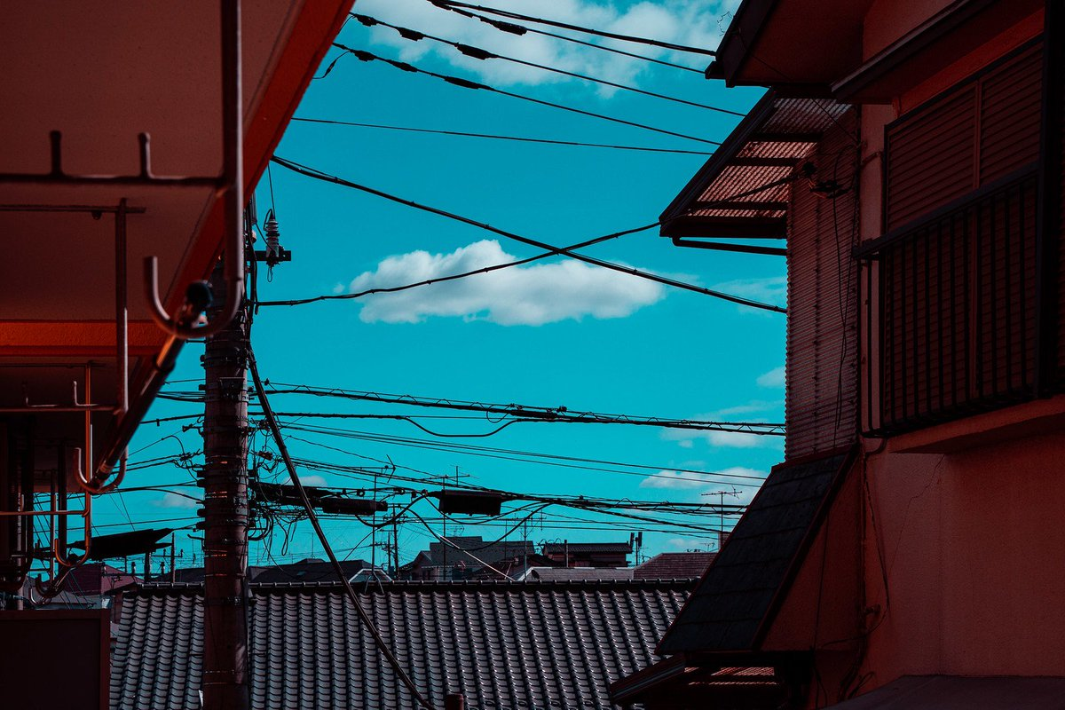 Clouds and cables #tokyo pic.twitter.com/joDrnSnkvJ