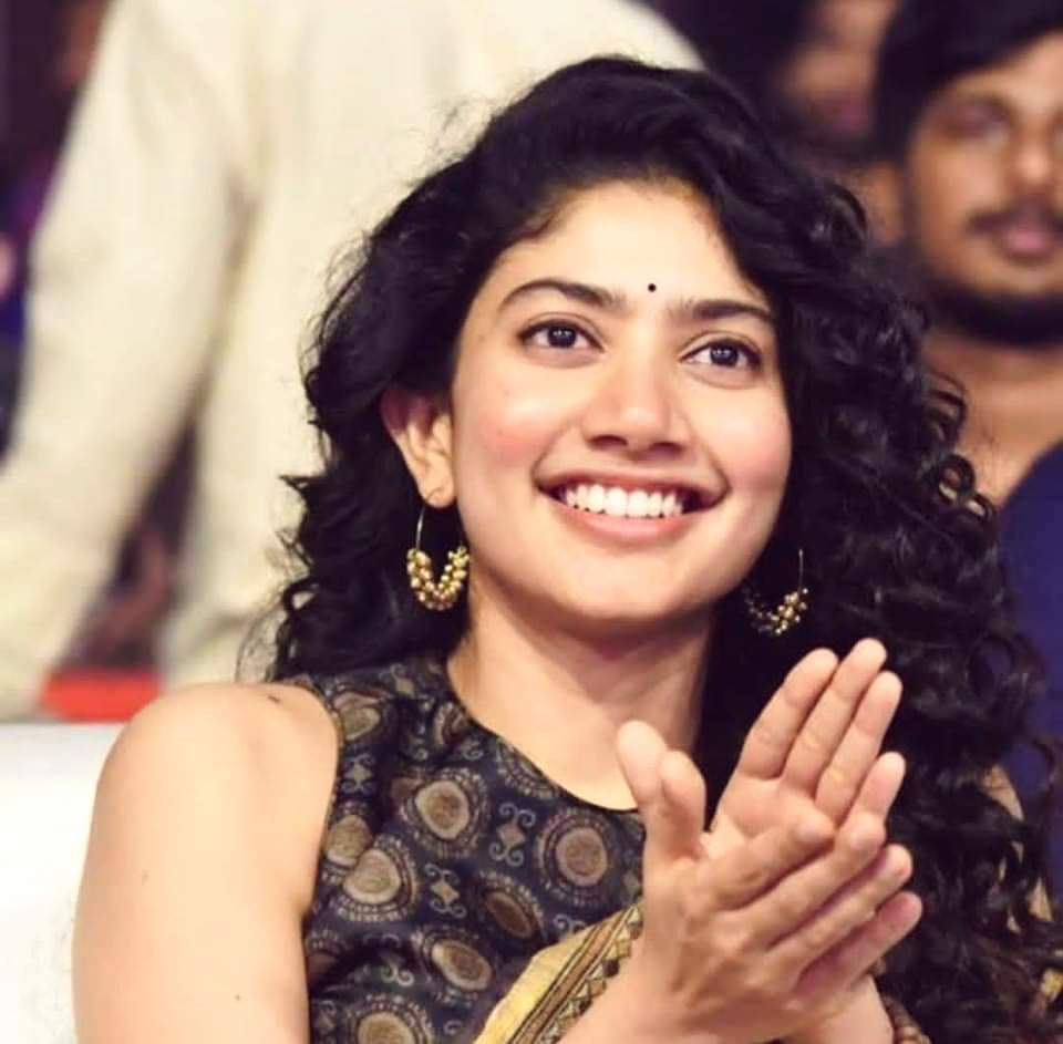 Gud Morning #PRINCESS... Hv a gud day... Keep Smiling evr... Ur Smile makes my day...  @Sai_Pallavi92 pic.twitter.com/ejJsl9MXHs