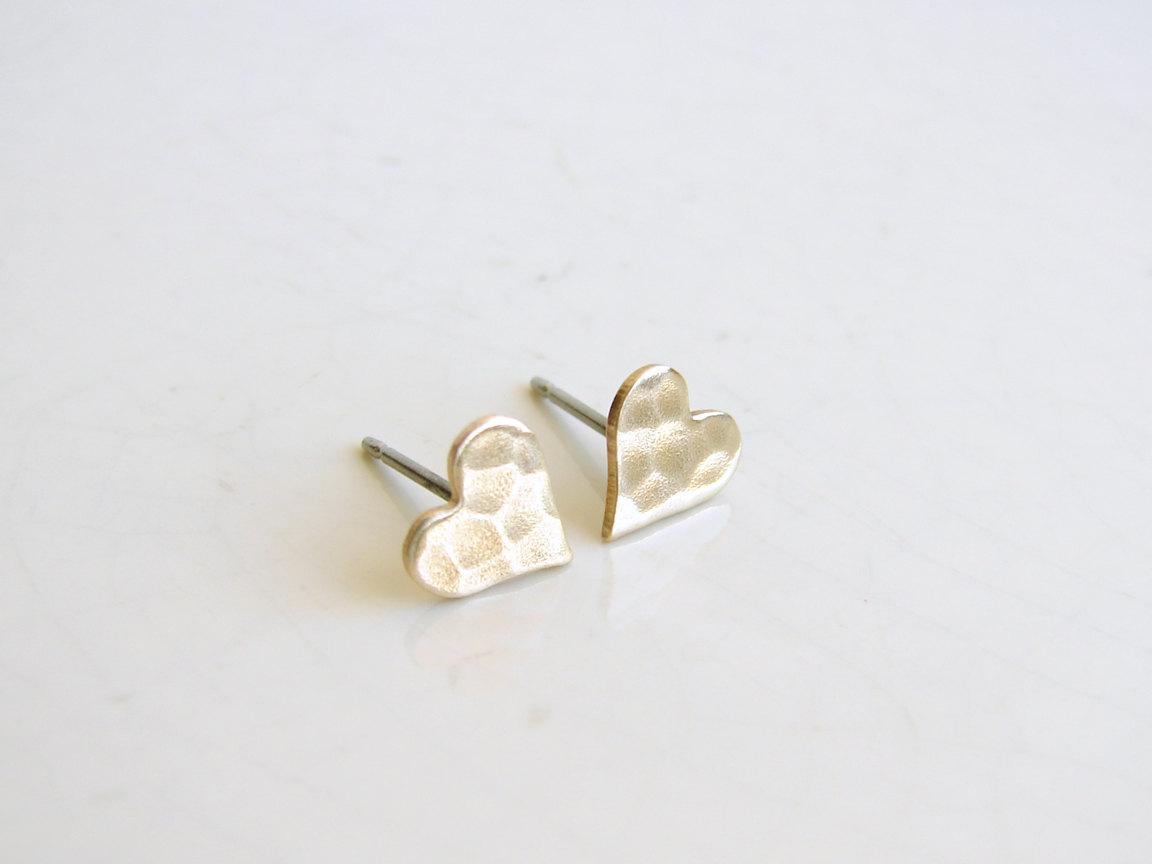 Small Hammered Brass Hear Earrings. Gold Heart Stud Earrings. Bridesmaid Gift. Simple Modern Jewelry  #GiftIdea #FreeShipping #BirthdayGift #Etsy #DaintyJewelry #GiftforHer #Jewelry #HandmadeRings #OpalRing #HeartJewelry