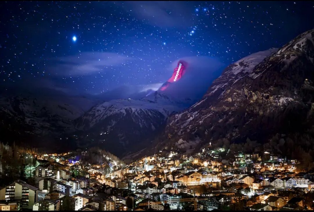 The Swiss authorities putting the Matterhorn to good use to convey messages during the outbreak. Photos from @zermatt_tourism #StayAtHome #mountains pic.twitter.com/jW4JEBUES9