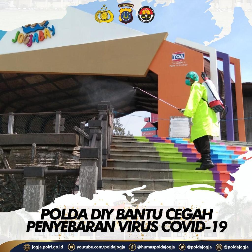Polda DIY Bantu Cegah Penyebaran Virus Covid-19 . Potret Personel Polda DIY yang tergabung dalam Satgas Aman Nusa II sedang melaksanakan penyemprotan disinfektan di tempat wisata Jogja Bay,  Maguwoharjo, Depok Sleman, Sabtu (28/3/2020). .  . #poldajogja #poldadiypic.twitter.com/CTezc3pomF
