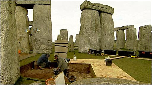 Putting the clocks forward at #Stonehenge. English Heritage staff repositioning the stones for the start of British summer time tomorrow #BST #Clocksgoforward