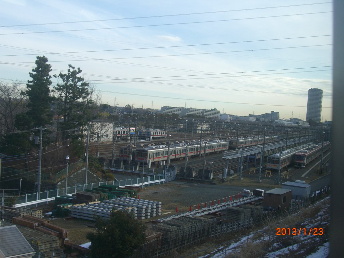甲種輸送の準備が行われていた東急1000系1003F。2013年1月23日に横浜線の車内より撮影。残雪も。8両中1両は解体。残った7両は3両は池多摩用に、4両は一畑と福島へ2両ずつ譲渡された。pic.twitter.com/xSmRx75Qog