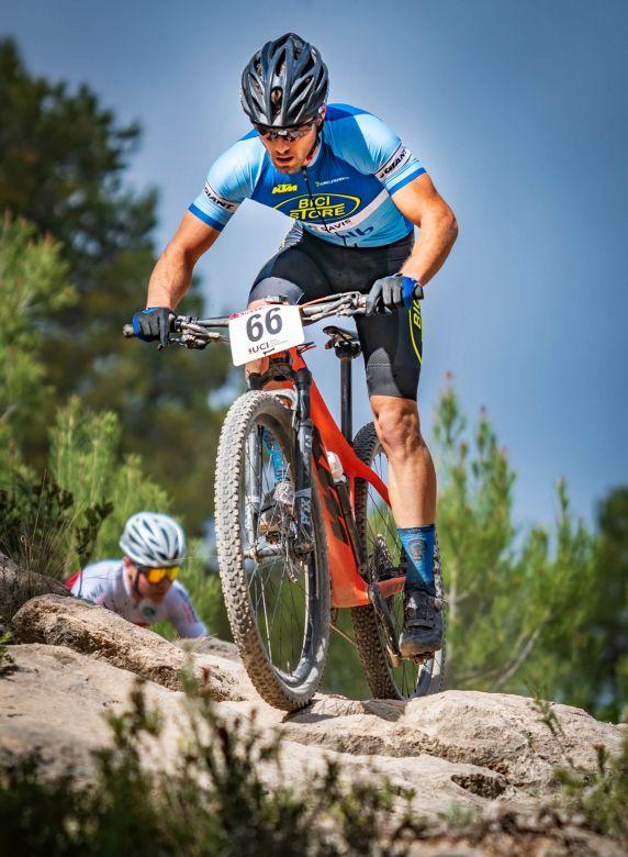 Adrián Gracía sobre las rocas en el XCO Chelva @ChelvaTurismo #Competición #Ciclistas #Mtbpic.twitter.com/0t4onCt2AF