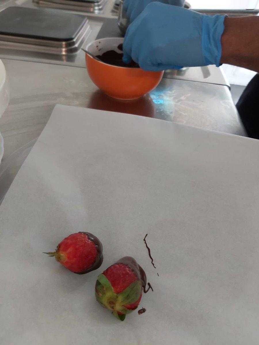 10° día de confinamiento en el piso de acogida. Hoy probamos con las rocas de fresa con chocolate. pic.twitter.com/upD77ExYlk