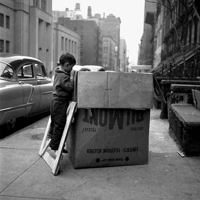 #fotografía Vivian Maier, New York, Kid and the box. pic.twitter.com/J299NB83Ol