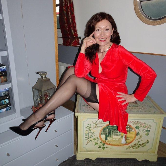 I'll be your scarlet lady..... #stockings #heels #glamour #milf https://t.co/aLIMYZnfHg