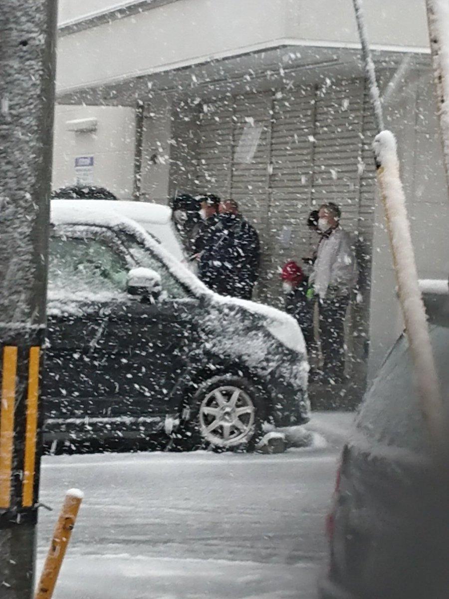 この大雪の中ドラッグストア前には相変わらずマスク行列…?もはや趣味?日課??