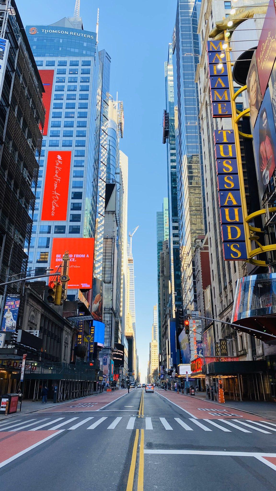 画像,昨日夕方に最大限の注意のもと散歩したので、ガラガラのニューヨーク写真あげとく。散歩やスーパー・飲食店(テイクアウト)に出向く人がいるため、人通りはある。オフィス…