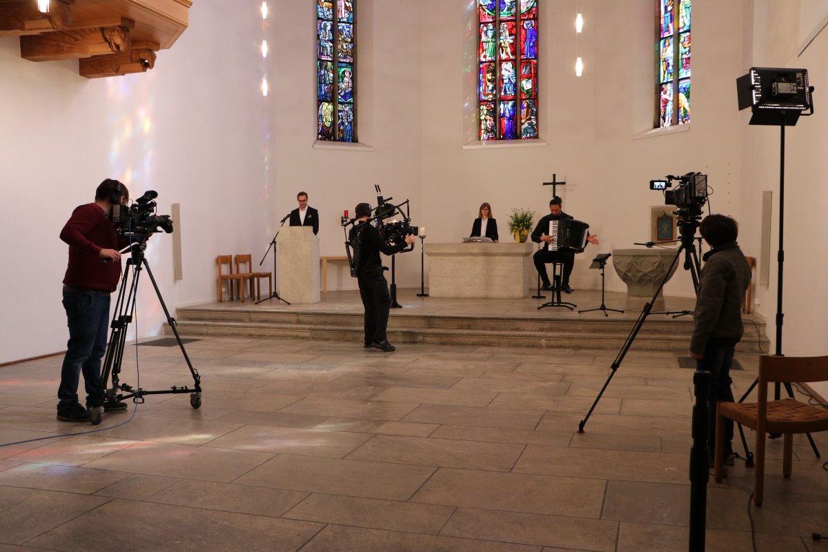 Die Gottesdienste auf Tele M1 gehen vorläufig weiter, immer am Sonntag um 10 Uhr. Am 29. März wieder aus dem Chor der Stadtkirche Aarau mit Pfrn. @ThiemeKatharina  (Bözen, Predigt) und Pfr. Daniel Hess (Aarau, Lektor). Hier der Trailer dazu https://youtu.be/VCdzjfVdBrcpic.twitter.com/Mpe62TW7Fm