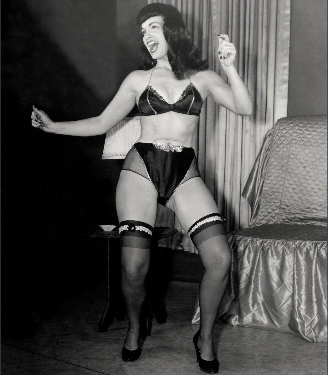 Living room dance party — aaaaand GO!!  . #bettiepage #weekend #danceparty #pinupqueen #1950s #irvingklaw #pinuppic.twitter.com/JAdS5y0JmY