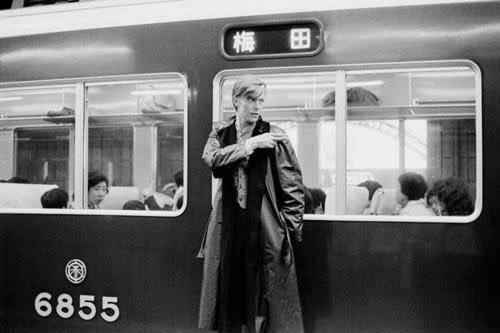 デヴィッド・ボウイが一時期京都に住んでた時の写真。梅田行きの阪急電車との一枚。カッコ良すぎて生活感が皆無