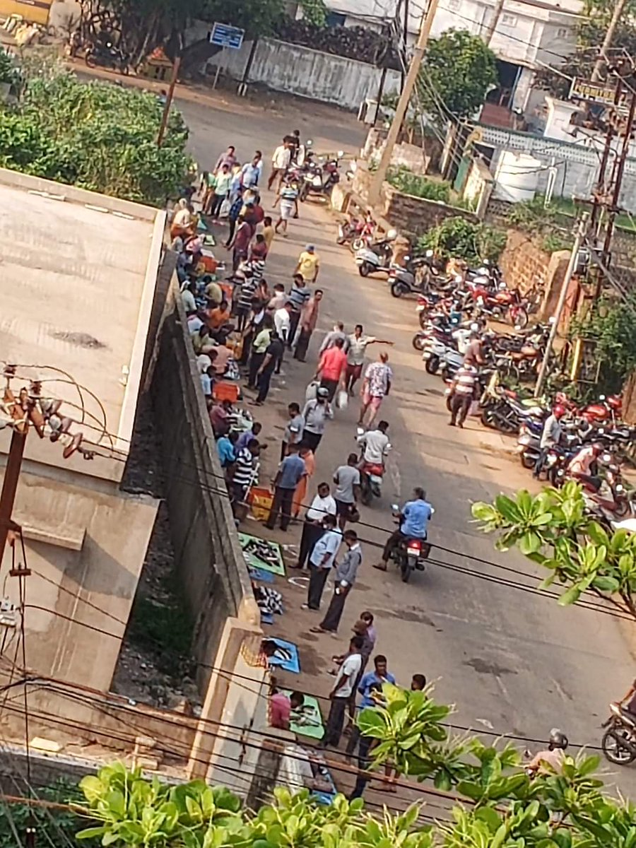 @SarangiSudhansu where is social distance sir...a bright example in front of u..... public fault or police fault.. have a look..old town fish market.. Bhubaneswar. pic.twitter.com/HyHjROmK6m
