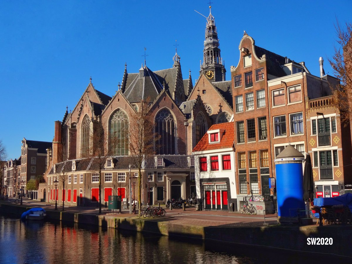 The Oude Kerk (Old Church) is the oldest building in #Amsterdam pic.twitter.com/TDMrcHzY88