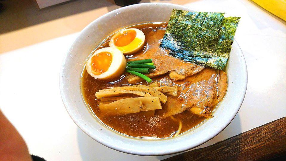 濃厚中華そば 麒麟 (キリン)。静岡県浜松市中区西伊場町57-11丸鶏味と煮干味ともう一つ味が有ってその三種類の中から選びます。ここの丸鶏スープが凄くオリジナリティーが有り濃厚で有りながら甘味が有り、若干の魚介類の味も感じます!