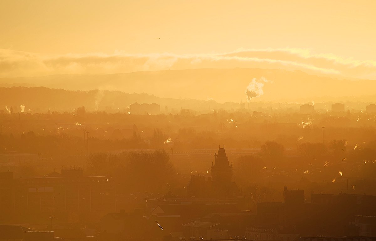 Sunrise on a winter morning a couple of years ago, from a rooftop in central #Manchester looking South East.  #sunrise #city #morning #photographypic.twitter.com/zCmnyCTjdk