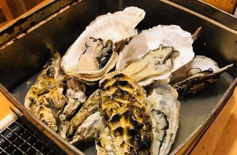 本日は15時よりOPENします  『牡蠣のカンカン蒸し』1280円はいかがですか  どっさり7個プリプリの牡蠣が入ってますョ 旨味スープを使った〆リゾット(300円)もぜひ #横浜 #ワインバー #ワイン #イタリアン #海鮮 #居酒屋 #生牡蠣 #貝刺し #焼き貝 #カンカン蒸し #ほたるいか #クーポンpic.twitter.com/voxzUt9cY2
