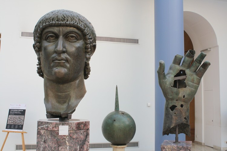 The head, hand and sphere (symbol of power) from the colossal bronze statue of Constantine I, 4th century CE (Capitoline Museums, Rome). http://ancient.eu/image/1167/constantine-i-colossus/ …  #ArTYouReady #EmptyMuseum @_MiBACTpic.twitter.com/YO7VIULvHV